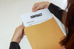 女实业家在信件信封的开放契约文件 图库摄影