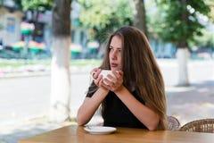 年轻女实业家在公园 库存照片