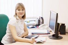女实业家在办公室 库存照片