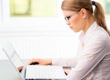 女实业家在办公室 免版税图库摄影