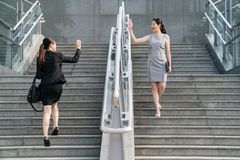 女实业家在台阶招呼 免版税库存照片