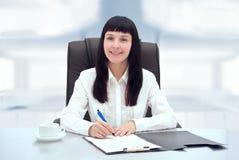 年轻女实业家在她的办公室。 库存照片