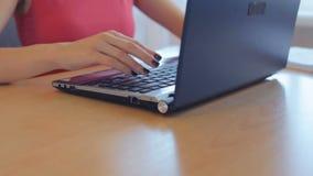 女实业家在她的办公室使用一台膝上型计算机 股票视频