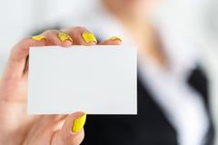 女实业家在拿着空白的名片的衣服手上 免版税库存照片