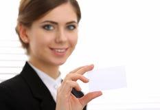 女实业家在拿着空白的名片的衣服手上 库存照片