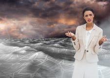 女实业家在文件海在五颜六色的天空下覆盖 免版税库存照片