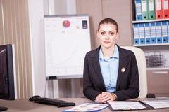 女实业家在有图的一个办公室在桌上 库存照片