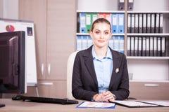 女实业家在有图的一个办公室在桌上 免版税库存图片
