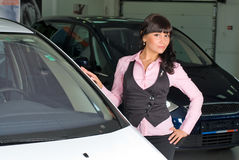 年轻女实业家在汽车商店 图库摄影