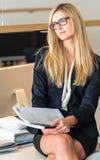 女实业家在研究文件的办公室 免版税库存照片
