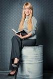 女实业家坐桶 图库摄影