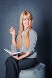 女实业家坐桶 免版税图库摄影