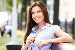 女实业家坐长凳 免版税库存照片