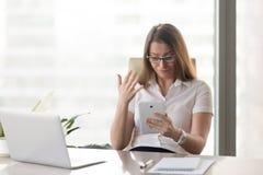 女实业家失望的坏财务成果 免版税库存照片