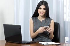 女实业家她的办公室 免版税库存图片