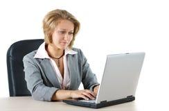 女实业家她膝上型计算机查找 免版税库存照片