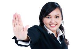 女实业家姿态愉快的指示的终止年轻&# 免版税库存图片