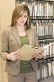 女实业家审查的文件夹 库存图片