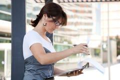 女实业家室外工作 库存图片