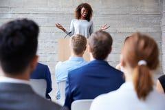女实业家对代表演讲在会议 库存图片