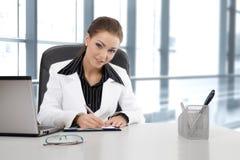 年轻女实业家工作 免版税库存照片