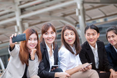 女实业家开会和使用电话拍照片当selfie wi 免版税库存照片