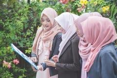 女实业家开室外的会议在公园 免版税库存照片