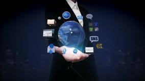 女实业家开放棕榈,转动的地球,扩展社交网路服务 人造卫星,通信 向量例证