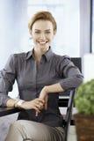 年轻女实业家微笑愉快 库存照片