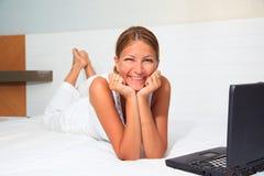 女实业家微笑的年轻人 免版税图库摄影