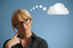 女实业家想法的云彩或计算 库存照片