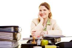 女实业家愉快的工作 免版税库存照片