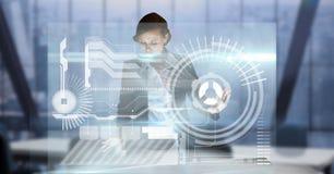 女实业家感人的未来派屏幕的数字式综合图象,当工作在办公室时 库存图片