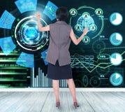 女实业家感人的财务分析图表 库存图片