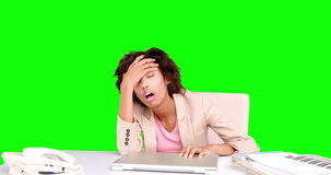 女实业家感觉被注重在她的书桌 股票视频