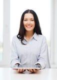 女实业家或学生有片剂个人计算机comuter的 库存照片