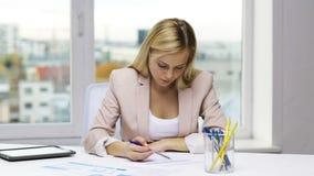 女实业家或学生有纸片剂个人计算机的 影视素材