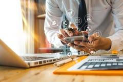 女实业家手与手机和现代估计一起使用与VR象 免版税图库摄影