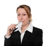 女实业家抽一根电子香烟 免版税库存照片