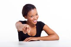 黑女实业家指向 免版税库存照片