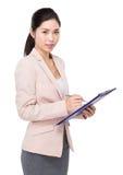 女实业家摘记关于剪贴板的某一笔记 库存照片