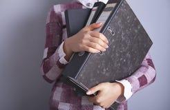 女实业家文件夹在手中 图库摄影