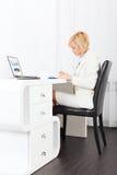 女实业家文字,报名参加纸张文件 免版税库存图片