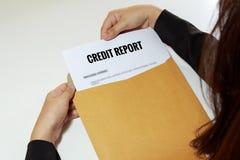 女实业家无担保贷款在信件信封的报告文件 免版税图库摄影