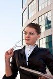 女实业家日志递她的年轻人 免版税库存图片
