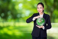 女实业家是拿着一片绿土,环境概念的手 免版税库存照片