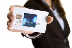 女实业家显示签证的看板卡赊帐 免版税库存图片