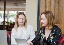 年轻女实业家有交谈在非正式会议上 免版税库存照片