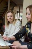 年轻女实业家有交谈在非正式会议上 免版税库存图片