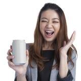 年轻女实业家有吸引力快乐一个罐头的软饮料 免版税库存照片